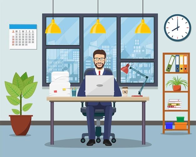 Lugar de trabajo de oficina con mesa, estantería, ventana.