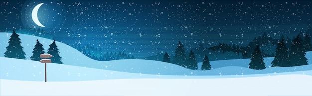 Luna creciente en el cielo estrellado brillante noche bosque de pinos feliz año nuevo feliz celebración de vacaciones de navidad concepto
