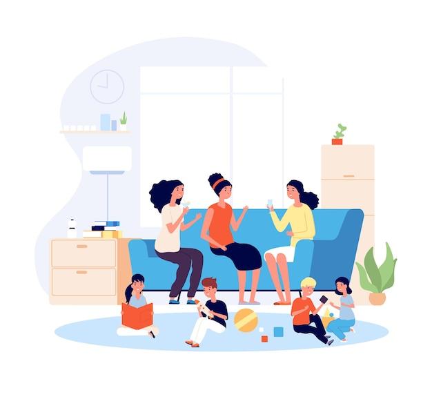 Madre amigas. actividad de mujeres jóvenes felices. mamás sentado sofá y niños jugando.