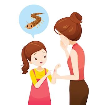 Madre asustada, niña llorando, picadura de ciempiés en la mano