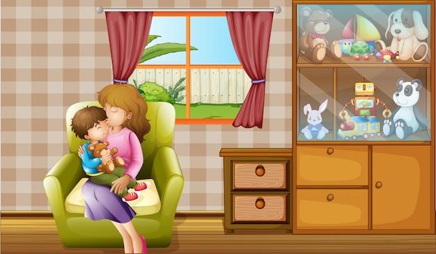 Madre besando a su hijo en la casa.