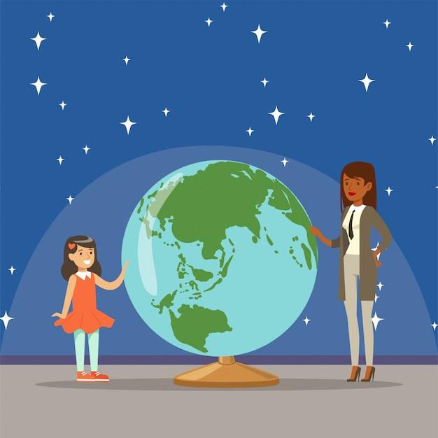 Madre diciéndole a su hija sobre el planeta tierra en la ilustración horizontal del planetario