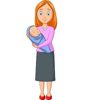 Madre feliz que lleva al bebé recién nacido envuelto en azul