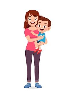 Madre guapa joven lleva niño lindo