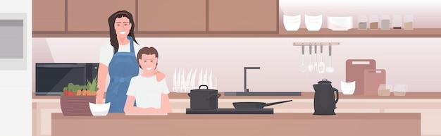 Madre con hija preparando comida familia pasar tiempo juntos concepto moderno interior de la cocina