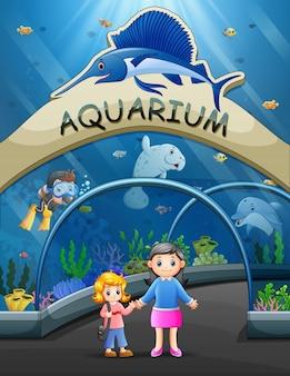 Madre con niño visitando acuario