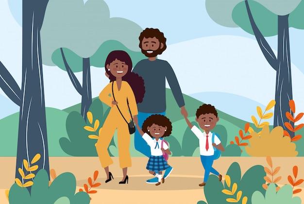 Madre y padre con su niño y niña con mochila.