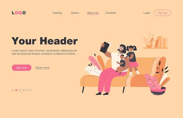 Madre sonriente tomando selfie con niños en la página de inicio plana del teléfono. mamá de dibujos animados sentada en el sofá, sosteniendo a bebé e hija de pie cerca de ella. concepto de tecnología familiar y digital