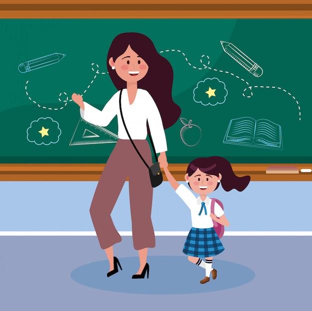 Madre con su estudiante chica con pizarra y mochila