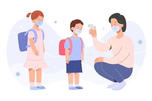 Maestra controlando la temperatura de los niños durante la pandemia de covid-19, niño y niña con máscaras faciales