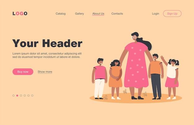Maestra y niños caminando al aire libre. mujer mirando grupo de escolares sobre césped, página de inicio. para la pedagogía, la educación, el concepto de guardería