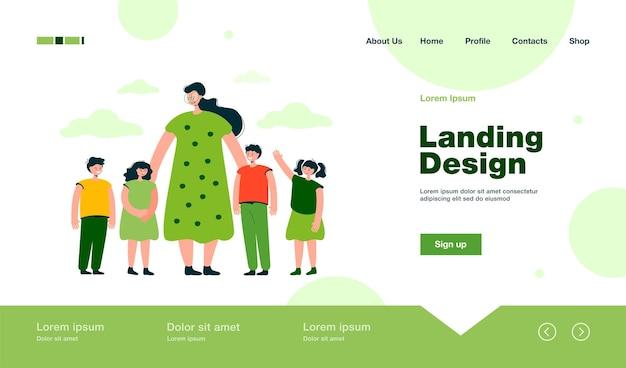 Maestra y niños caminando al aire libre en la página de inicio en estilo plano