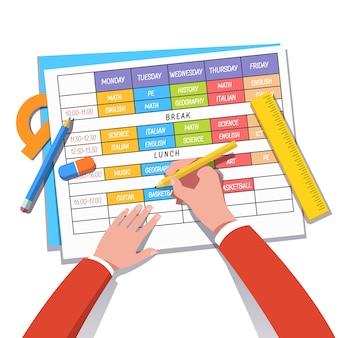 Maestro de escuela o estudiante dibujando un horario de clases