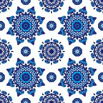 Magnífico patrón sin costuras de estrellas mandalas azules y blancas y adornos de copos de nieve.