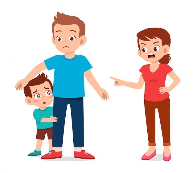 Mamá enojada con niño niño susto detrás de papá