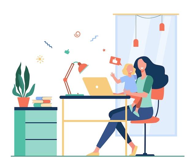 Mamá feliz compaginando trabajo autónomo y maternidad. mujer sentada en el lugar de trabajo en casa y sosteniendo al niño en brazos. ilustración de vector plano para freelance, madre, familia y concepto de carrera