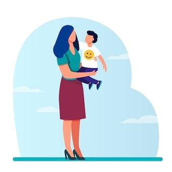 Mamá joven con niño pequeño en brazos