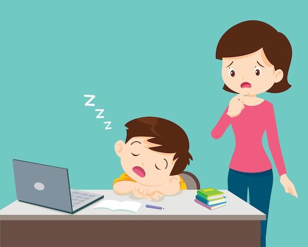 Mamá mirando a un niño aburrido de estudiar duerme frente al niño cansado de la computadora portátil de casa elearning