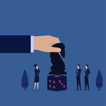 La mano del concepto del ejemplo plano del negocio puso al caballero negro sobre la metáfora de los dados de la estrategia y de la oportunidad.