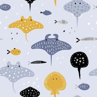 Mano dibujada de patrones sin fisuras con criaturas submarinas. fondo infantil creativo con peces y mantarrayas para tela, textil, papel tapiz, decoración, estampados.