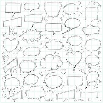 Mano dibujar doodle boceto de burbujas de chat de discurso en blanco