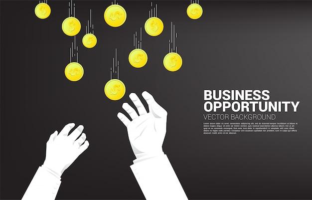 La mano de dos hombres de negocios intenta agarrar el dinero que cae del cielo. concepto para la oportunidad de negocio y la competencia.