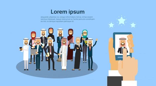 Mano de gadget que elige al candidato del grupo de personas de negocios árabes hr concepto banner