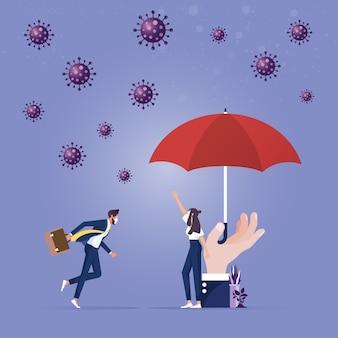 Una mano grande con paraguas protegida del coronavirus