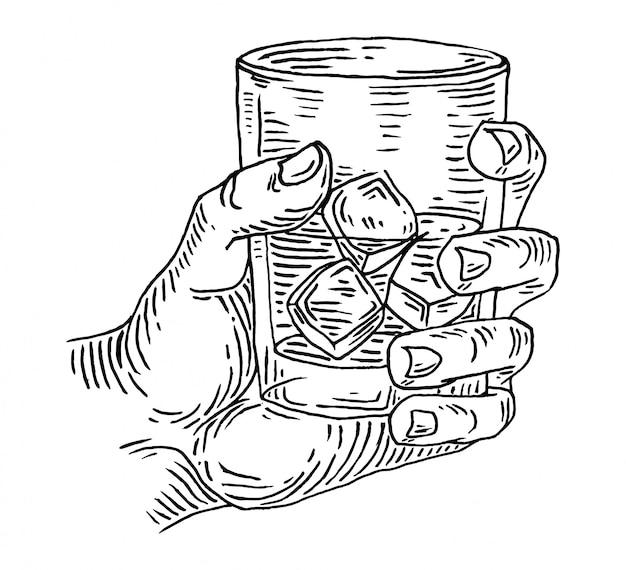 La mano del hombre choca un vaso con whisky