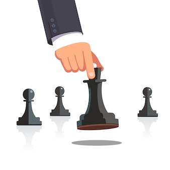 Mano del hombre de negocios que hace un movimiento estratégico del ajedrez