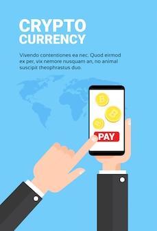 Mano del hombre de negocios que lleva a cabo la paga del teléfono elegante con el concepto de la tecnología de la moneda crypto de la banca móvil del intercambio de bitroins
