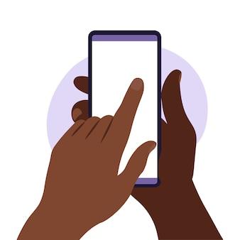 Mano de hombre sosteniendo smartphone con pantalla en blanco.
