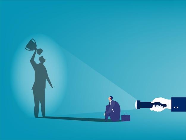 Mano humana sosteniendo la linterna a la sombra del empresario con trofeo. éxito en el negocio