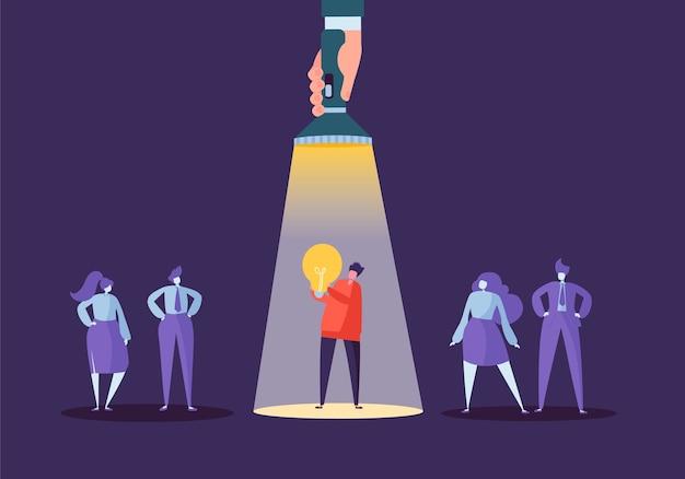 Mano con linterna apuntando al personaje de empresario con bombilla. reclutamiento, concepto de liderazgo, recursos humanos, idea creativa.