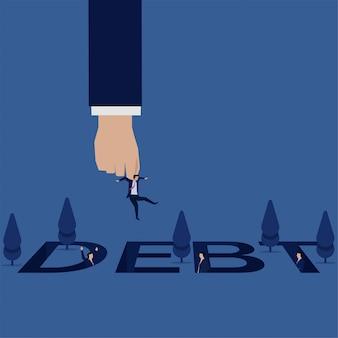 La mano del negocio toma y salva al hombre de negocios del agujero de la deuda que otro hombre de negocios ve.
