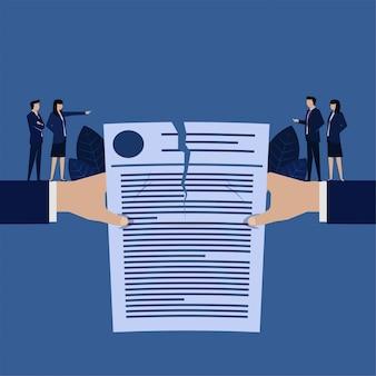 La mano de negocios rasga un contrato la metáfora del contrato cancelado