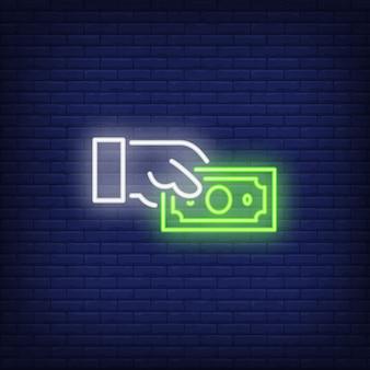 Mano que lleva a cabo la muestra de neón del billete de dólar