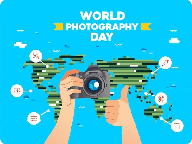 Mano que lleva la cámara digital y el pulgar de la otra mano hacia arriba con el icono de arte lineal alrededor y el mapa del mundo como fondo. ilustración del día mundial de la fotografía