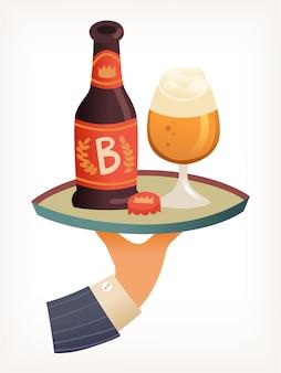 Mano que sostiene la bandeja con una botella de alcohol y un vaso lleno de cerveza con la parte superior de espuma espumosa vector