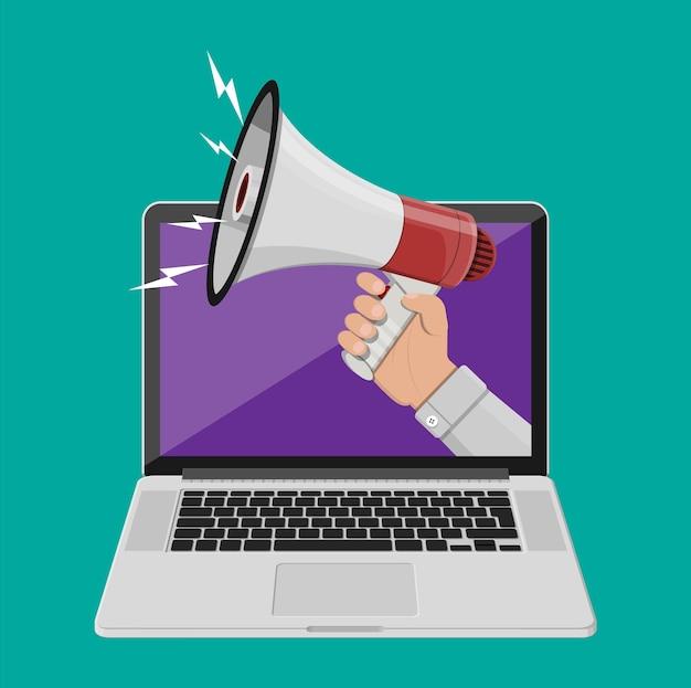 Mano que sostiene el megáfono que sale de la computadora portátil. marketing digital, redes sociales, redes, promoción y publicidad. elemento de anuncio. ilustración de vector de estilo plano