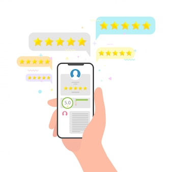 Mano que sostiene el teléfono y la calificación de estrellas comentarios de revisión. perfecto concepto de revisión de cinco estrellas. evaluación de la calificación sobre el concepto de la opinión del usuario en redes sociales