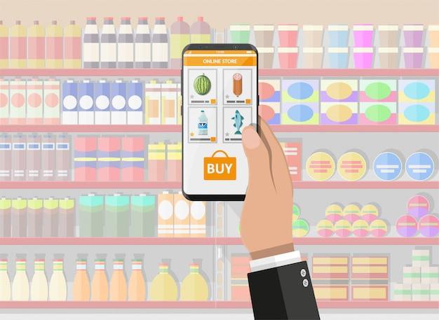 Mano que sostiene el teléfono inteligente con la aplicación de compras