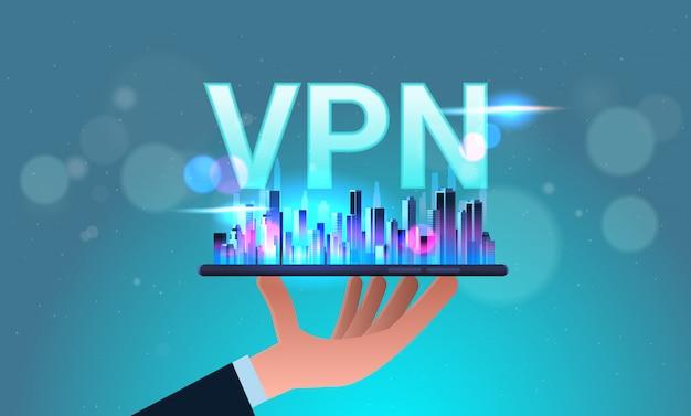 Mano que sostiene el teléfono inteligente con la ciudad vpn red privada virtual concepto de privacidad de seguridad web cibernética