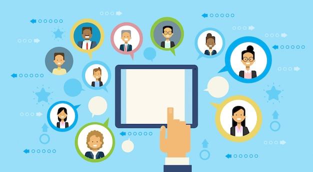 Mano que usa la tableta digital que se comunica con el concepto del establecimiento de una red de los hombres de negocios