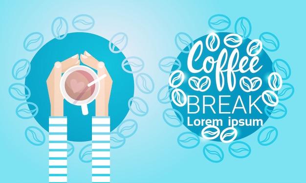 Mano sostener taza té pausa para el café bebida mañana