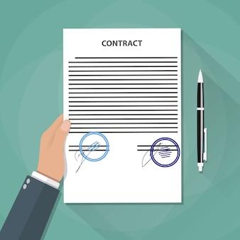 La mano sostiene los documentos del contrato