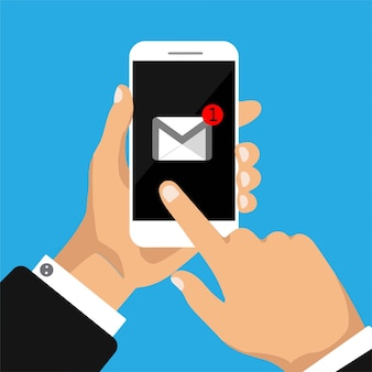 La mano sostiene el teléfono inteligente con una nueva letra en una pantalla.
