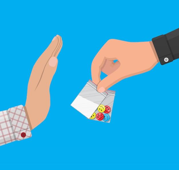 La mano del traficante de drogas entrega bolsa con narcóticos