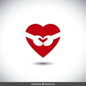 Manos abrazando un corazón
