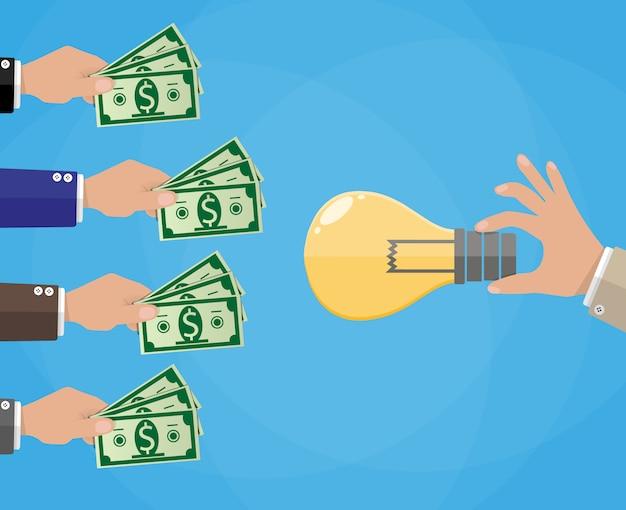 Manos con dinero y bombilla de idea. recaudación de fondos.